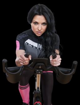 fitness model oxana auf dem cycling bike im studio21 dem premium fitnessstudio in nuernberg