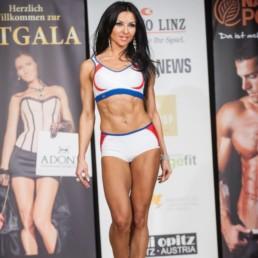 Fitness Model Oxana aus Nürnberg vom Studio21 bei einem Wettkampf auf der Bühne