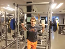 Multipresse, Gewichte, Mitglied beim Training, freies Hanteltraining