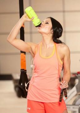 Fitness Model Oxana aus dem Studio21 in Nürnberg beim Fotoshooting mit einer Trinkflasche