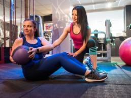 Personal Training im Studio21 in Nürnberg mit Fitness Model Oxana und einem Mitglied auf der Trainingsfläche