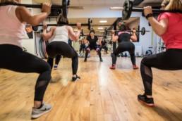 Fotoshooting im Fitnessstudio Studio21 in Nürnberg mit Fitness Model Oxana und einigen fitten Mädels im Kursraum mit Langhanteln
