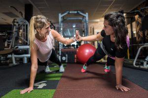 Supplements , Zwei sportliche Mädels beim Fotoshooting im Fitnessstudio Studio21 in Nürnberg