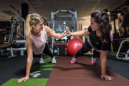 Zwei sportliche Mädels beim Fotoshooting im Fitnessstudio Studio21 in Nürnberg