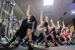 Fotoshooting für Pilates im Fitnessstudio Studio21 in Nürnberg mit Fitness Model Oxana und einigen fitten Mädels bei einer Übung